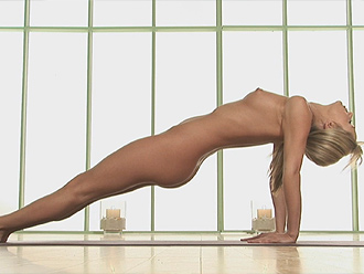 Sexy blonde shows off her nice shapes in nude yoga plank pose