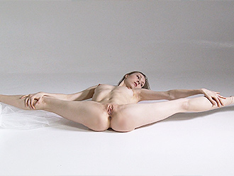 Teasing naked yoga in pointes