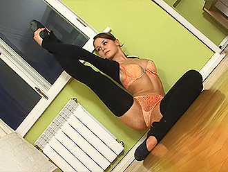 Hot ballet dancer in amateur sexy yoga video