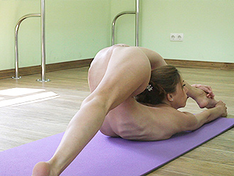 Super flexible naked gymnast does nude yoga in the gym