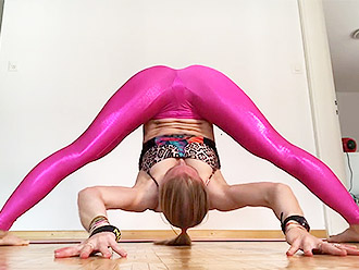 Hot flexible girl presents us sexy yoga pants