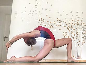Sexy MILF in hot yoga action! Super flexible girl, Bravo!